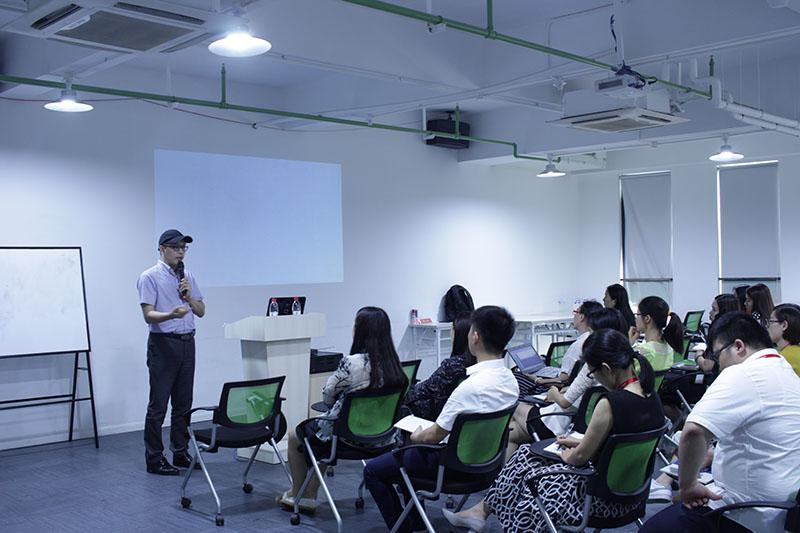 摄图网_500438640_在上课培训的老师和学生(企业商用).jpg