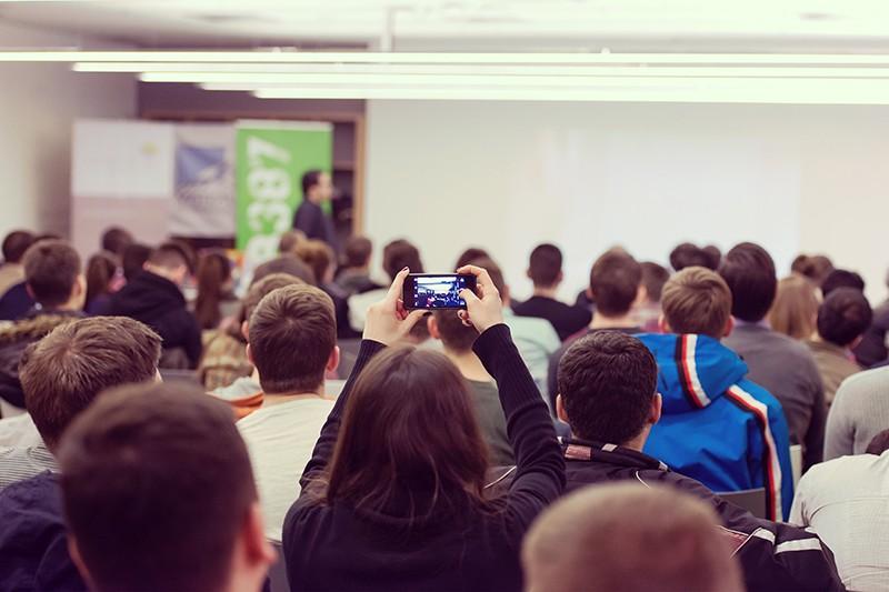 摄图网_300110032_学生们在听研讨会(企业商用).jpg